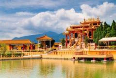 El templo de oro por el lago fotografía de archivo