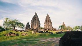 El templo de Prambanan y el césped verde resbalan el día soleado almacen de metraje de vídeo