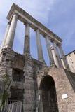 El templo de Saturno en el foro romano Imagen de archivo