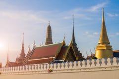 El templo de Wat Phra Kaew bajo luz del sol caliente de la mañana en Bangkok Fotos de archivo libres de regalías