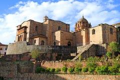 El templo del Sun de los incas o del Coricancha con el convento de Santo Domingo Church arriba, Cusco, Perú foto de archivo