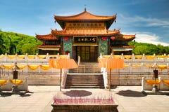 El templo, donde está la estatua jade-de oro de la diosa Guanyin en el parque de Nanshan Hainan, Sanya imagenes de archivo