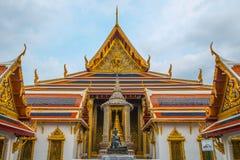 El templo en el palacio magnífico, Bangkok, Tailandia en día nublado Imágenes de archivo libres de regalías