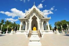 El templo en Tailandia con el fondo del cielo azul Imagenes de archivo
