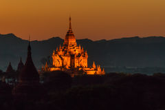 El templo iluminado de Htilominlo en la puesta del sol foto de archivo libre de regalías