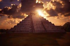 EL Templo Kukulcan de la salida del sol de Chichen Itza Fotos de archivo