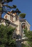 El templo ortodoxo, la catedral, la iglesia al lado del pino Imágenes de archivo libres de regalías