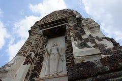 El templo que una estatua de Buda del bajorrelieve delante de la puerta fotografía de archivo