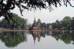 El templo reflejado en el agua, Tailandia Imagen de archivo