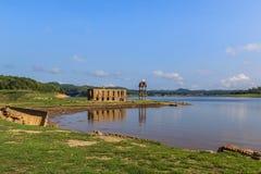 El templo tailandés antiguo de la ruina fue ahogado en agua Imagen de archivo