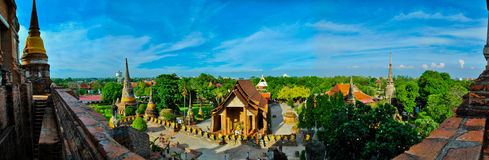 El templo tailandés en panorama Fotografía de archivo