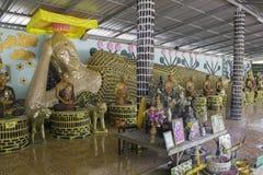 El templo Tailandia hizo las botellas vacías fotografía de archivo