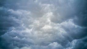 El temporal de lluvia oscuro se nubla el fondo Fotografía de archivo libre de regalías