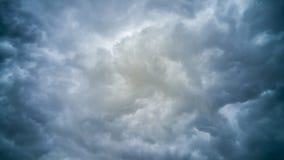 El temporal de lluvia oscuro se nubla el fondo Imagenes de archivo