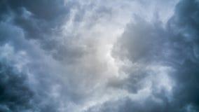 El temporal de lluvia oscuro se nubla el fondo Foto de archivo