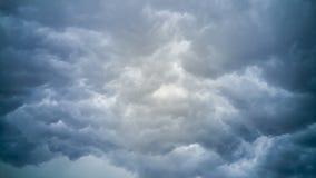 El temporal de lluvia oscuro se nubla el fondo Imagen de archivo