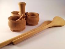 El tenedor de la especia y la cuchara de madera son una parte importante de una cocina fotografía de archivo