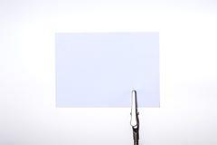El tenedor de plata de la tarjeta de visita con la nota de papel sobre el backgr blanco Foto de archivo