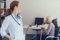 El terapeuta alegre está recibiendo al paciente en oficina imágenes de archivo libres de regalías