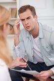 El terapeuta de sexo femenino experto la está consultando Imagenes de archivo