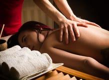 El terapeuta del masaje en el salón del balneario hace masaje de las celulitis a un paciente Concepto del tratamiento de la belle Fotografía de archivo libre de regalías