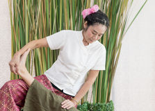 El terapeuta está dando una pierna que estira masaje foto de archivo