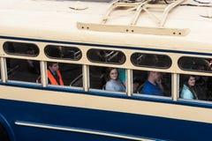 El tercer desfile de St Petersburg de coches retros en los pros de Nevsky Foto de archivo libre de regalías