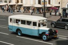 El tercer desfile de St Petersburg de coches retros en los pros de Nevsky Imagen de archivo libre de regalías