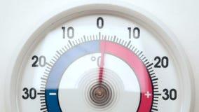 El termómetro de Frost muestra temperatura cada vez mayor del frío para calentarse almacen de metraje de vídeo