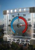 El termómetro en la ventana fotografía de archivo libre de regalías