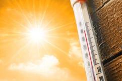El termómetro es caliente en el cielo, concepto de tiempo caliente foto de archivo libre de regalías