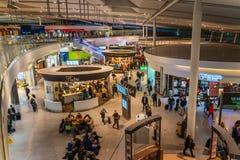 El terminal de aeropuerto de Dublín, Irlanda, marzo de 2019 Dublín 2, gente está acometiendo para sus vuelos fotos de archivo