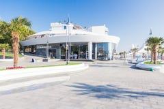 El terraplén cerca del hotel Nemo temprano por la mañana, la 'promenade' está vacío Fotos de archivo