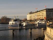 El terraplén de la ciudad del invierno de Ginebra con los yates y los barcos amarrados Día soleado claro La capital de Suiza está foto de archivo libre de regalías