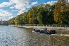 El terraplén del río de Fontanka en St Petersburg, vista del jardín del verano Imagen de archivo