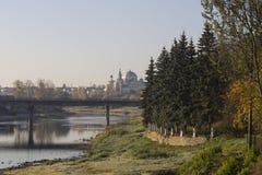 El terraplén del río de Tvertsa en la luz de la mañana Imagenes de archivo