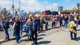 El terrapl?n de la nave en puede 9 Mucha gente celebra d?a de la victoria fotografía de archivo libre de regalías