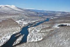 El terreno de aluvión del río después de nevadas de una primavera Foto de archivo libre de regalías