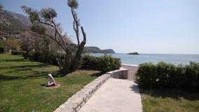 El territorio del parque Sveti Stefan delante de la isla M metrajes