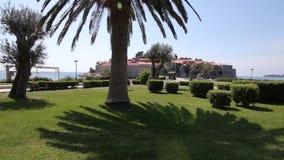 El territorio del parque Sveti Stefan delante de la isla M almacen de video