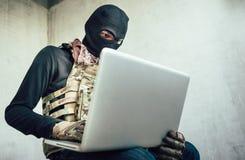 El terrorista está cortando fotografía de archivo libre de regalías