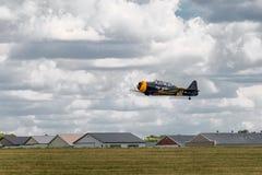 El Texan AT-6 vuela bajo sobre pista con las suspensiones Imagenes de archivo