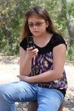 El texting adolescente en el teléfono celular Fotografía de archivo libre de regalías