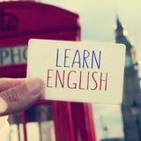 El texto aprende inglés en un letrero con Big Ben en el backgr Imagen de archivo libre de regalías