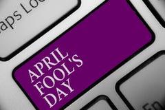 El texto April Fool s de la escritura es día Concepto que significa el teclado absurdo divertido de la celebración de las bromas  fotos de archivo libres de regalías