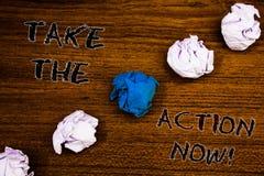 El texto de la escritura de la palabra ahora toma la llamada de motivación de la acción Concepto del negocio para el comienzo inm Imagenes de archivo