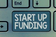 El texto de la escritura de la palabra comienza para arriba a financiar El concepto del negocio para que comienza invierta el din foto de archivo