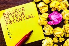 El texto de la escritura de la palabra cree en su potencial Concepto del negocio para la creencia en YourselfUnleash sus posibili fotografía de archivo libre de regalías