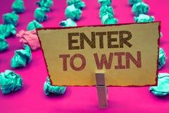 El texto de la escritura de la palabra entra para ganar Concepto del negocio para el premio de la recompensa del premio dado para imágenes de archivo libres de regalías