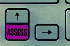 El texto de la escritura de la palabra evalúa El concepto del negocio para evalúa o estima la calidad de la capacidad de la natur fotos de archivo libres de regalías